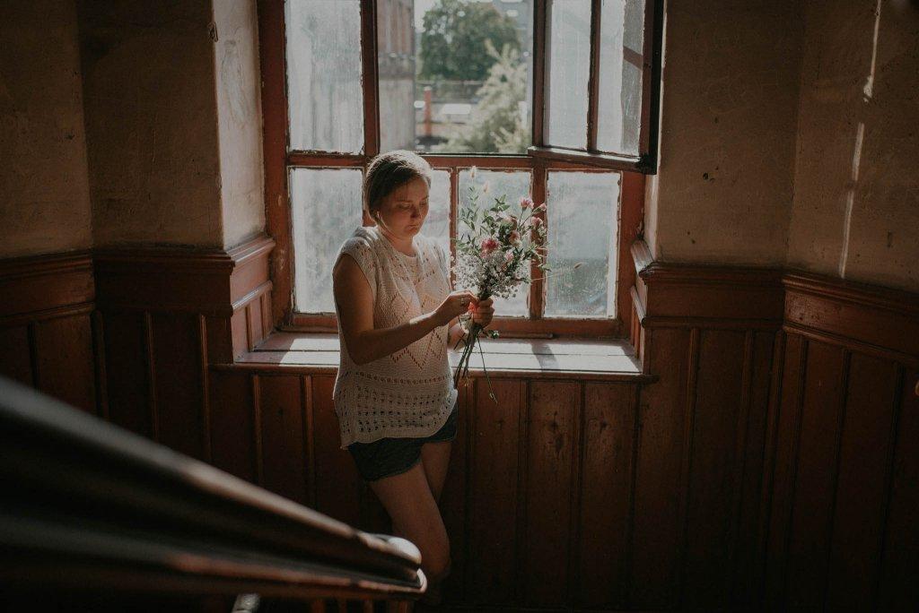 intymna sesja narzeczeńska fotograf warszawa klatka schodowa