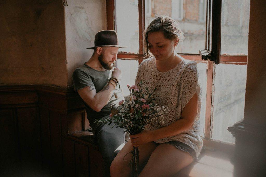 intymna sesja narzeczeńska na klatce schodowej w warszawie