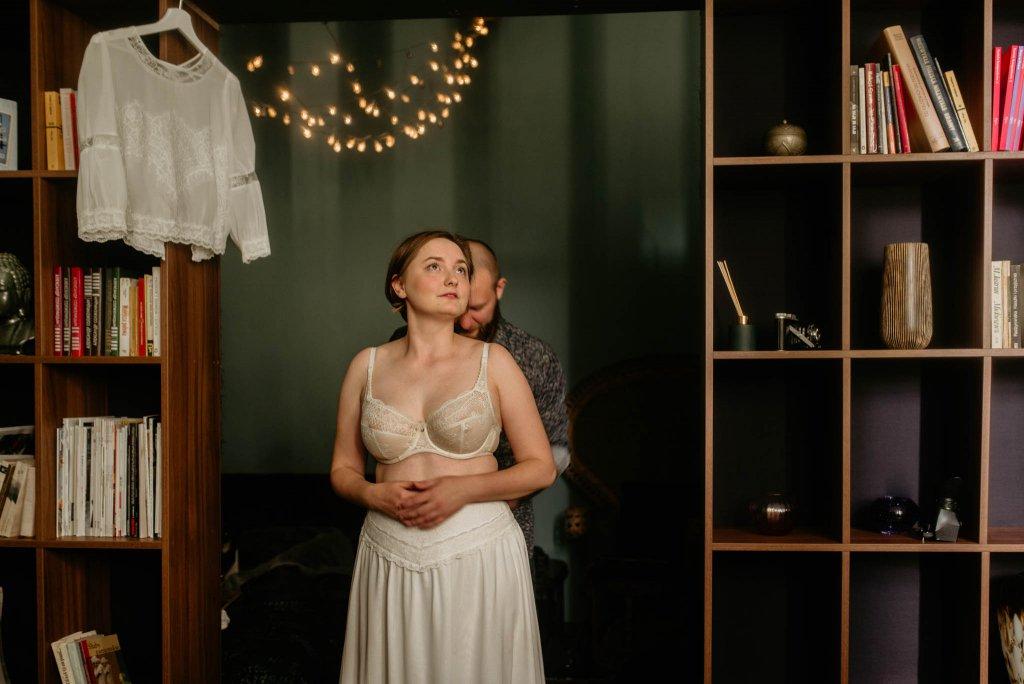 intymna sesja narzeczeńska w apartamencie ślub humanistyczny