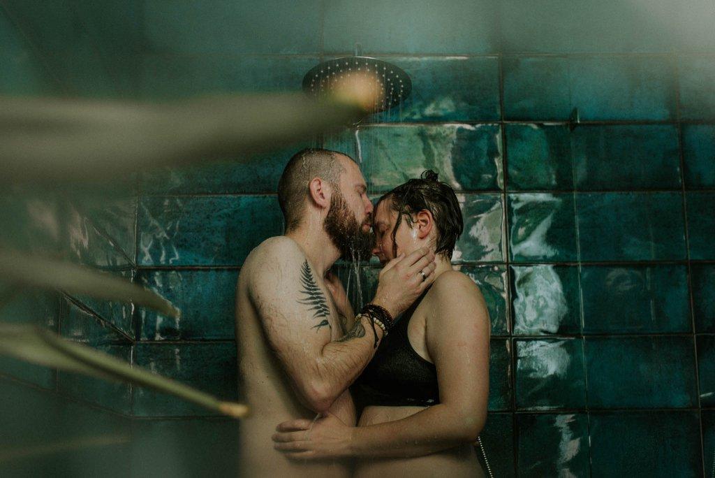 intymna sesja narzeczeńska pod prysznicem w warszawie