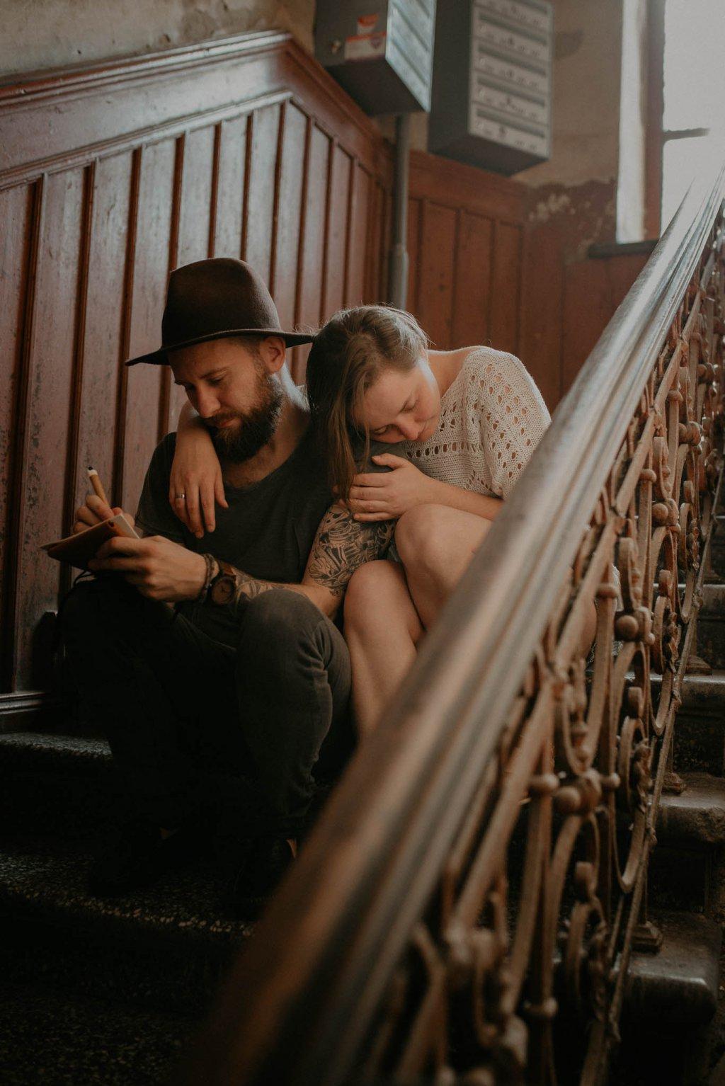 intymna sesja narzeczeńska na klatce schodowej